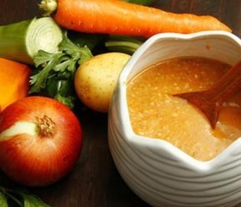 Brodo vegetale e lievito alimentare